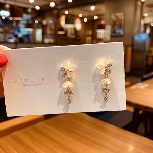 Elegant Flower Opal Earrings - Golden