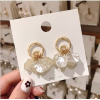 Woman Elegant Pearl Shell Earrings - Golden