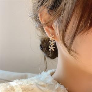 Sweet Girls Crystal Flower Simple Earrings - Golden