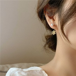 Ladies Elegant Pearl Flower Decoration Earrings - White Gold