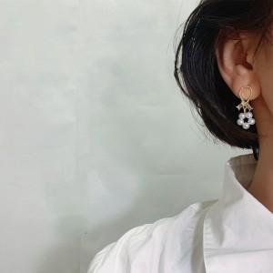 Asymmetric Pearl Flowers Flash Bear Earrings - Golden