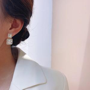 Geometric Diamond Design Women Earrings - Golden