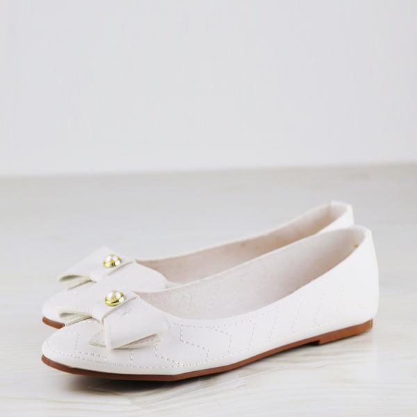 c4bb2c2bc حذاء مزين باللؤلؤ المستدير من دوربي - أبيض