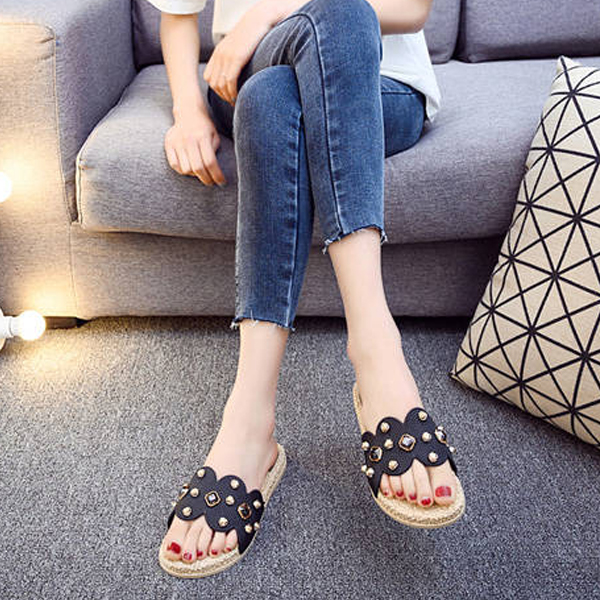 Rivets Decorated Feet Comfort Casual Slippers - Black
