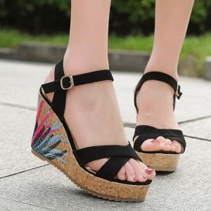 Thick Bottom Thread Art Strapped Sandals - Black